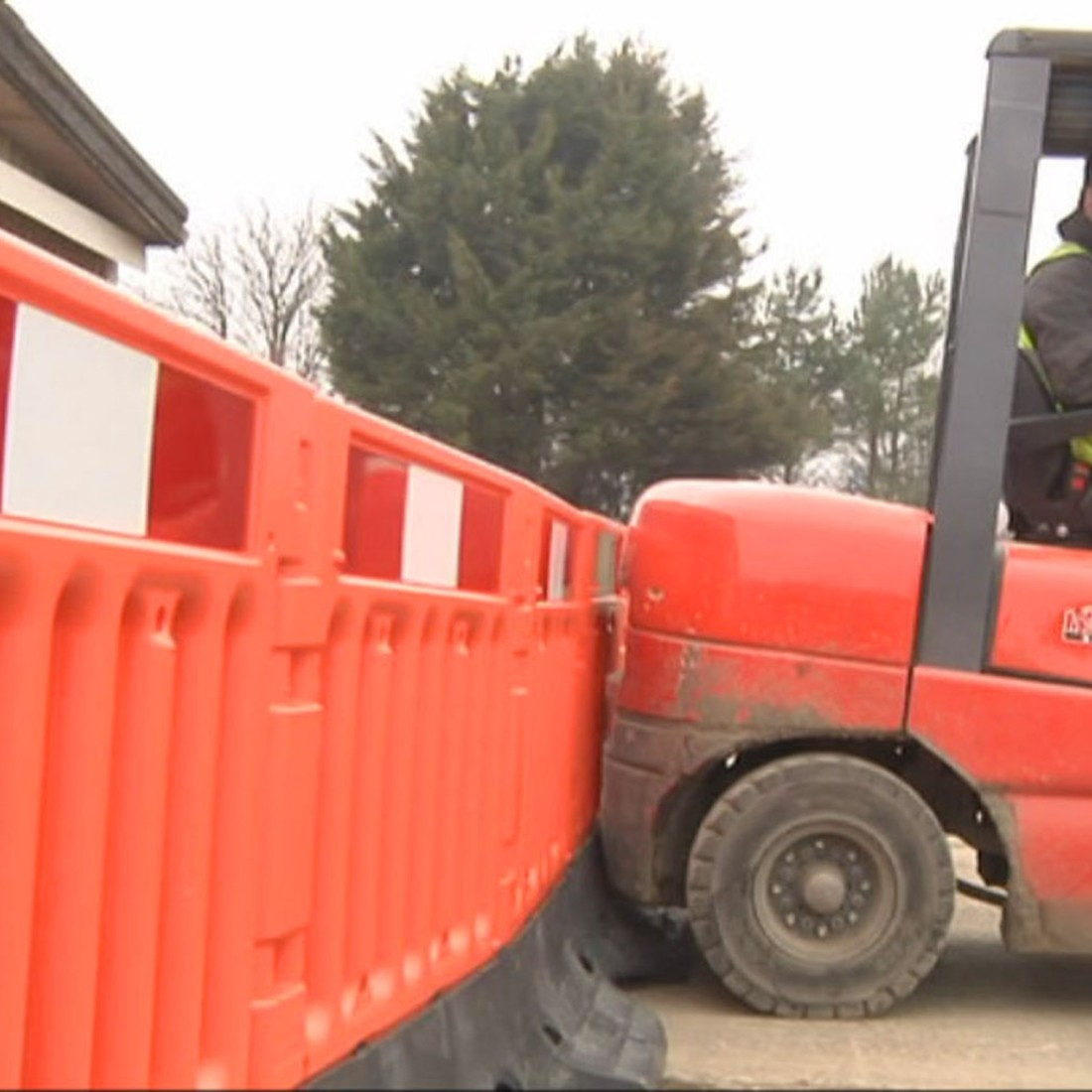 Oxford strongwall plastic barrier orange pallet of